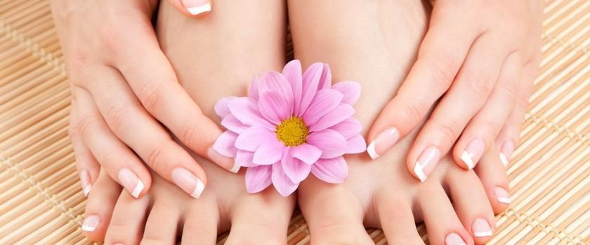 Co powoduje grzybicę paznokci u stóp?
