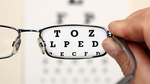 Zmęczone oczy: objawy, przyczyny i środki zaradcze